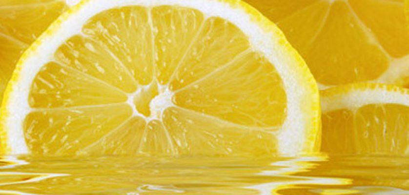 Beneficios de agua tibia con limon