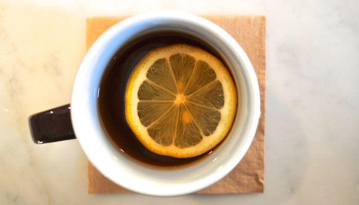 taza de agua tibia con limón