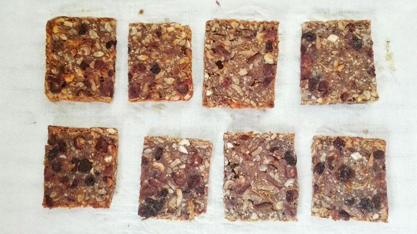 Receta para un aperitivo muy saludable: Pan crujiente de frutos secos y dátiles