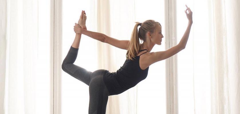 Las 10 posturas de yoga que más triunfan en instagram b079a62f68f3