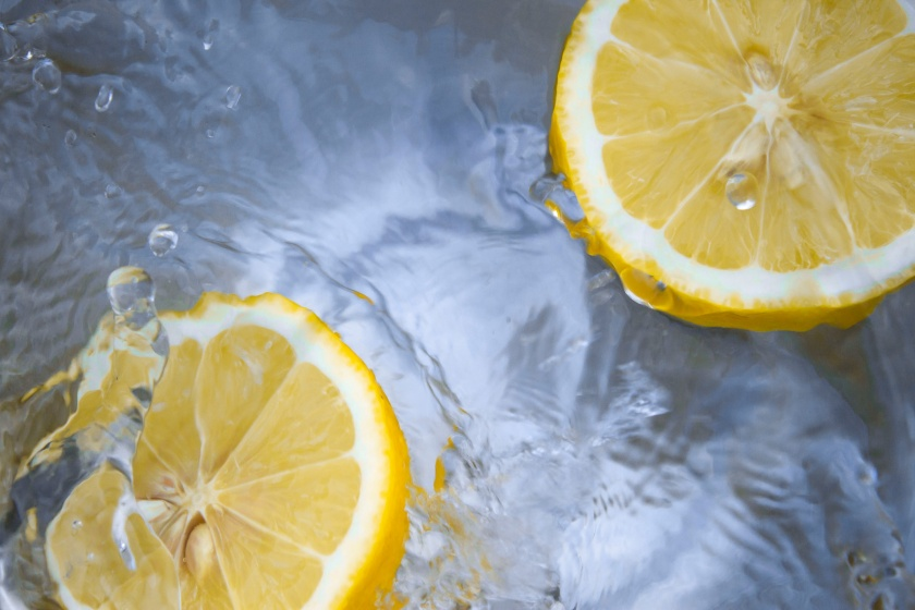 Los 7 beneficios de beber agua tibia con limón por las mañanas